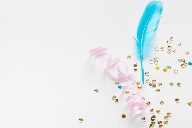 Piuma blu con paillettes dorate copia spazio