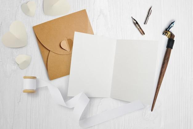 Piuma calligrafica con lettera, cartolina d'auguri per san valentino