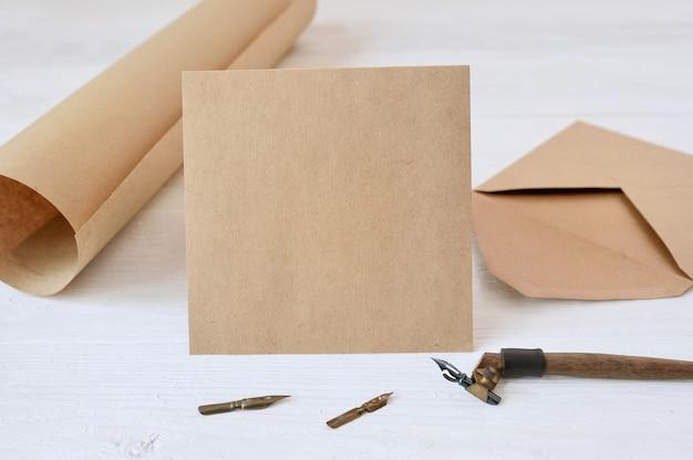 Piuma calligrafica una busta e una lettera, cartolina d'auguri per san valentino