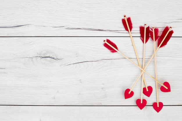Piume decorative su bacchette con cuoricini