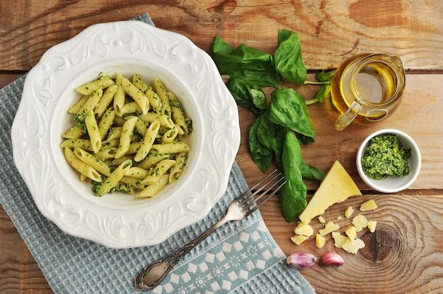 Piume di pasta al pesto, basilico e formaggio e olio d'oliva