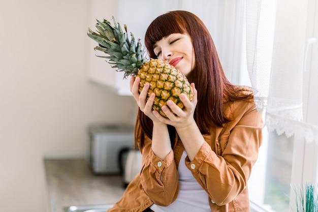 Piuttosto giovane bella donna dai capelli rossi in camicia casual senape