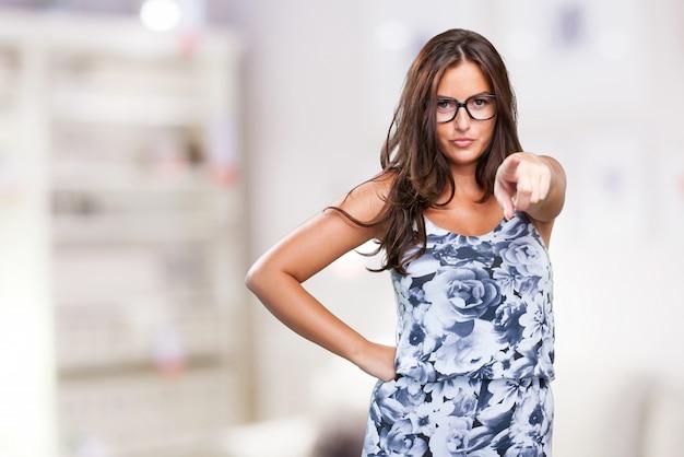 Piuttosto giovane donna che punta anteriore