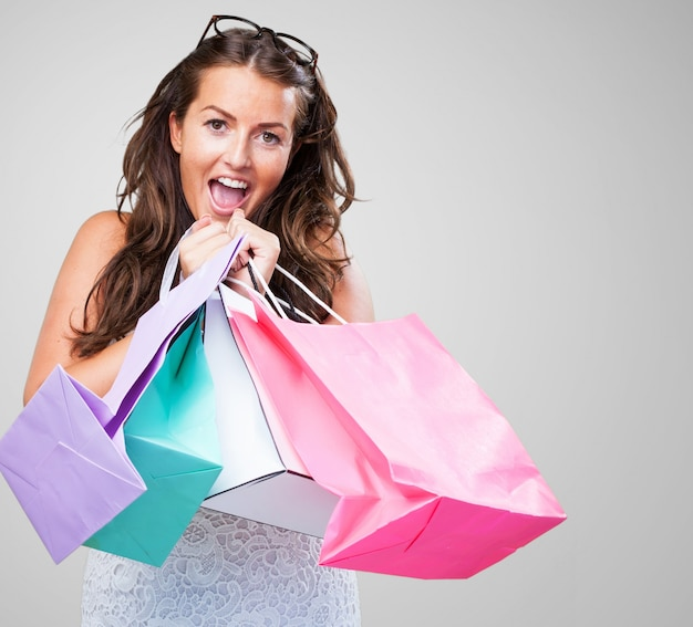Piuttosto giovane donna con le borse della spesa