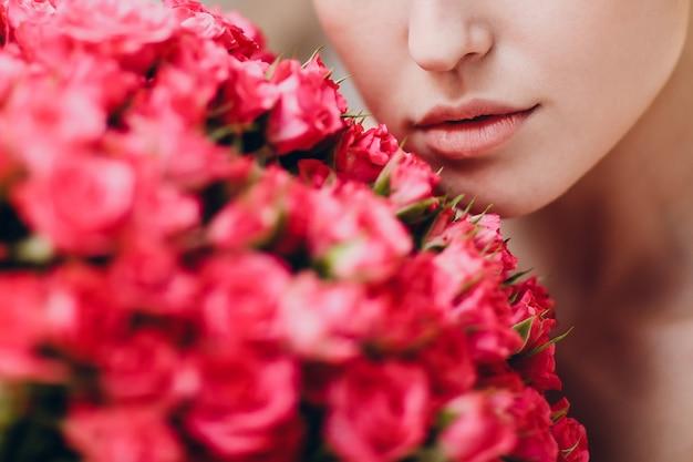 Piuttosto giovane donna e fiori