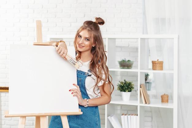 Piuttosto talentuoso pittore femminile che dipinge su cavalletto