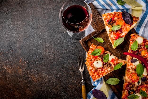 Pizza a fette e vino rosso