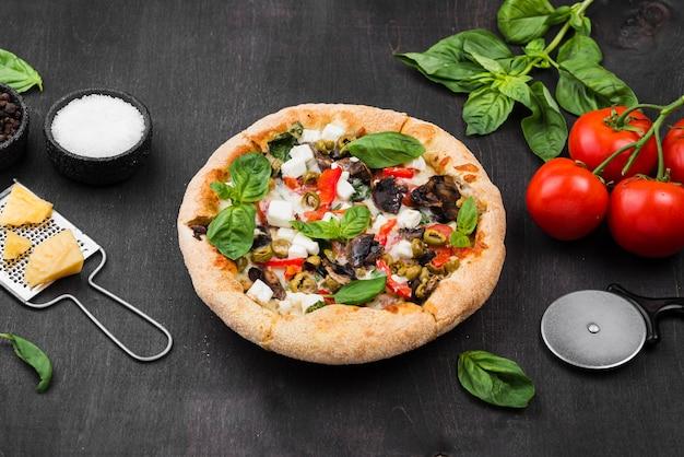 Pizza ad alto angolo con disposizione di pomodori