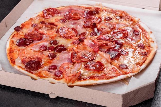 Pizza ai peperoni con mozzarella, salame, pomodori, pepe e spezie. cucina italiana
