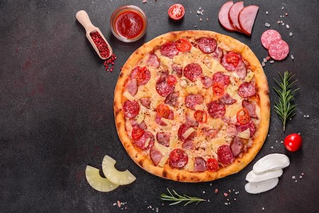 Pizza ai peperoni con mozzarella, salame, prosciutto. pizza italiana
