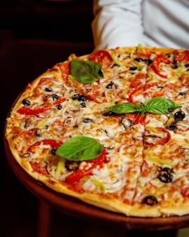 Pizza ai peperoni con peperoni, pomodoro, olive e formaggio