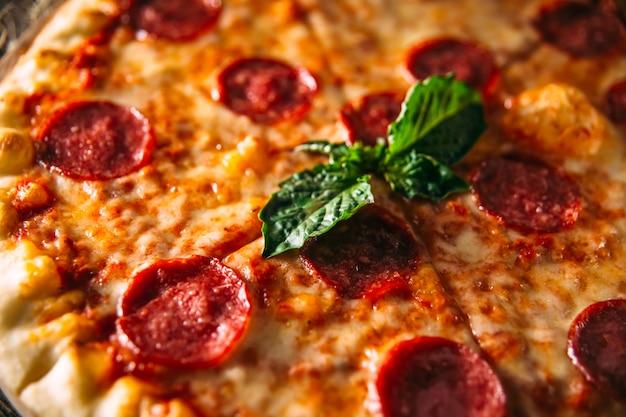 Pizza ai peperoni italiana con salame e formaggio