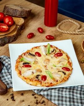 Pizza alla california con peperoni e pomodori