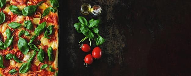 Pizza caprese dieta chetonica su sfondo nero