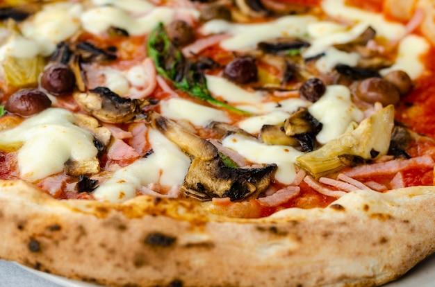 Pizza capricciosa in ristorante italiano.