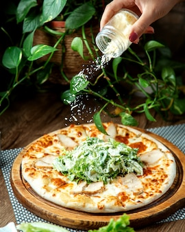 Pizza cesare sul tavolo