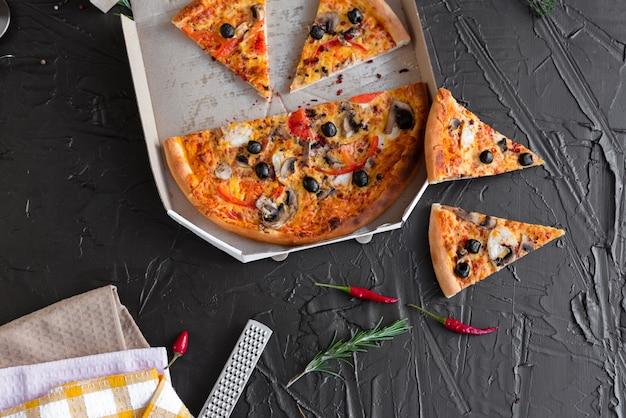 Pizza, cibo, verdura. pizza di verdure, funghi e pomodori su uno sfondo scuro