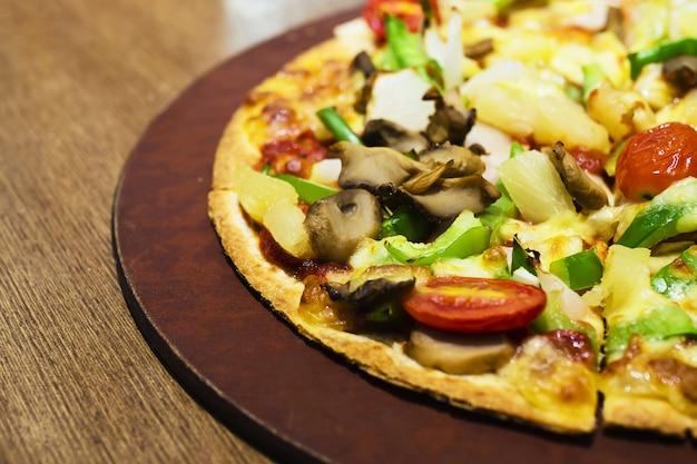 Pizza con condimento vegetale colorato pronto per essere mangiato
