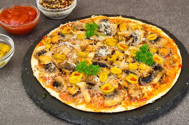 Pizza con cozze, funghi e olive verdi