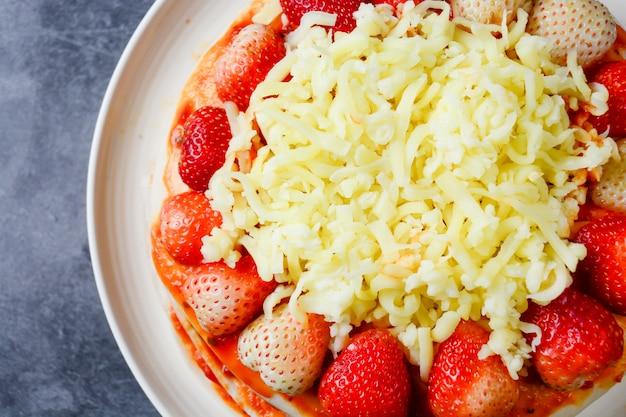Pizza con fragole e formaggi