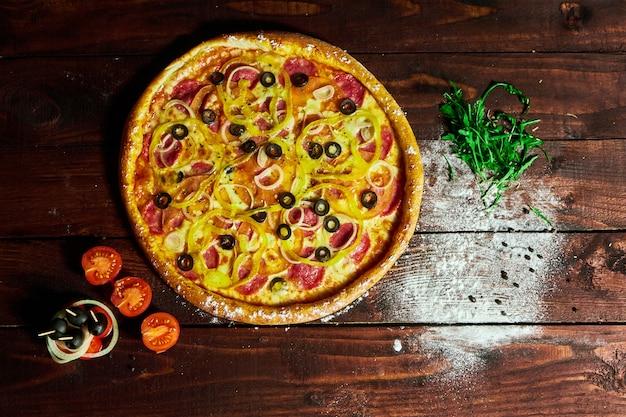Pizza con funghi cipolla e cetriolo