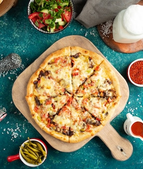 Pizza con funghi verdure e formaggio