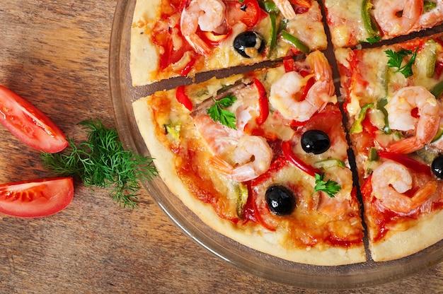 Pizza con gamberi, olive salmonnd