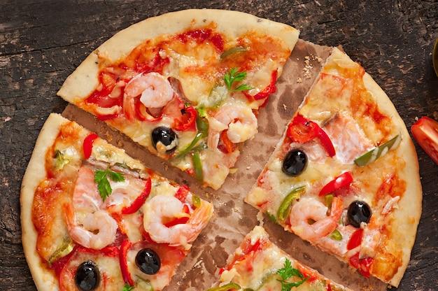 Pizza con gamberi, salmone e olive