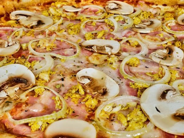 Pizza con i funghi e la fine del prosciutto in su