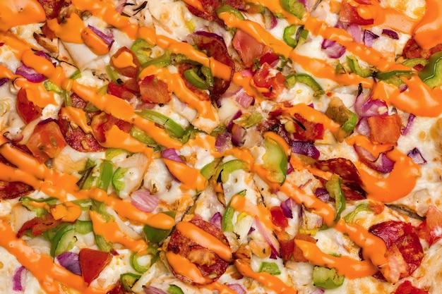 Pizza con mozzarella fusa e pomodori