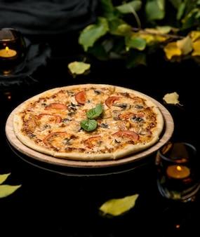 Pizza con pomodori e funghi