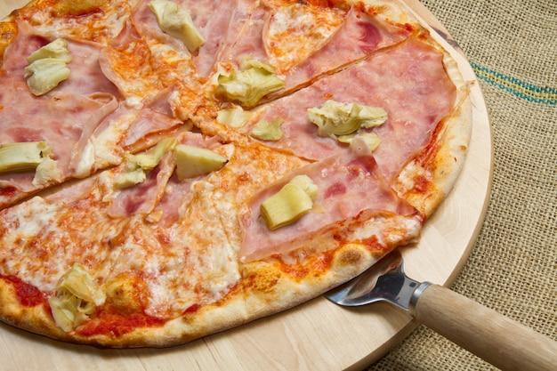 Pizza con prosciutto e carciofo