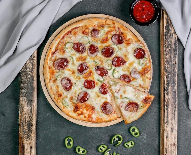 Pizza con salame piccante e salsa di peperoncino rosso