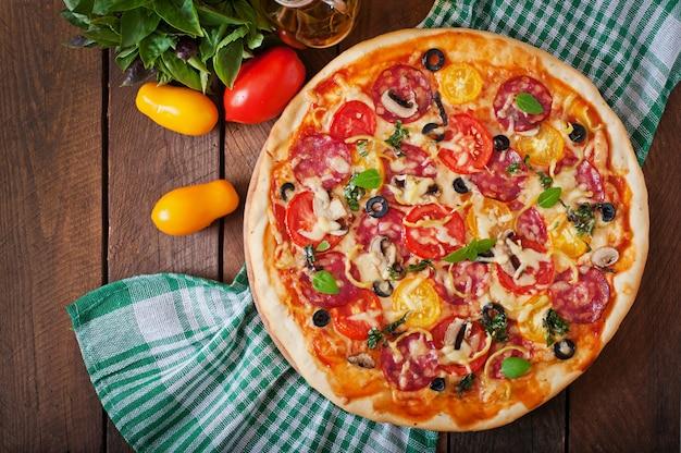 Pizza con salame, pomodoro, formaggio e olive