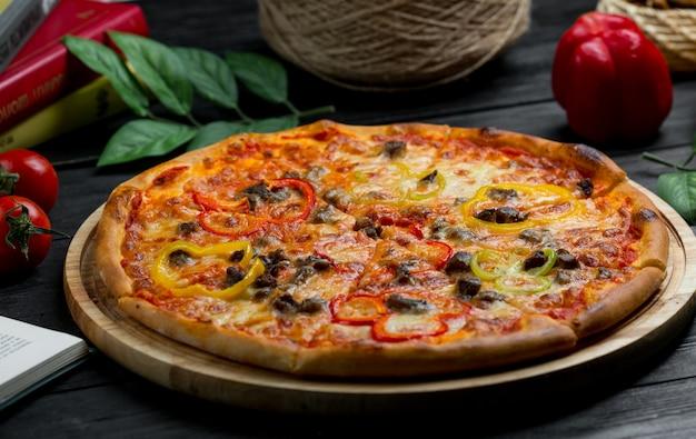 Pizza con salsa di pomodoro e involtini di olive nere