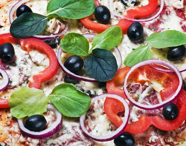 Pizza con verdure e formaggio