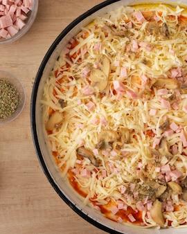 Pizza cotta in padella piatta