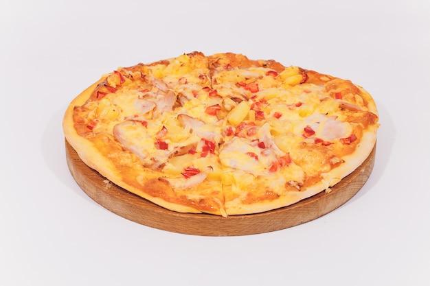 Pizza deliziosa con frutti di mare sul supporto di legno isolato su bianco.