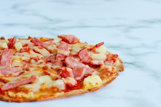 Pizza deliziosa su sfondo di marmo bianco