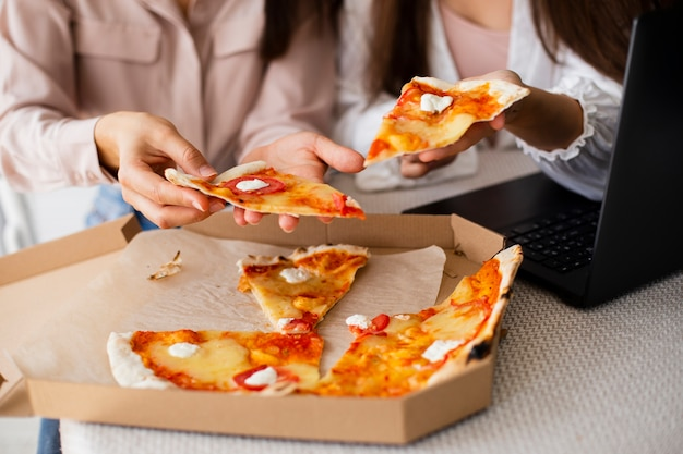 Pizza della scatola di pranzo delle donne del primo piano
