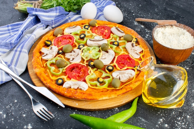 Pizza di funghi piccanti vista frontale con pomodori rossi peperoni olive e funghi