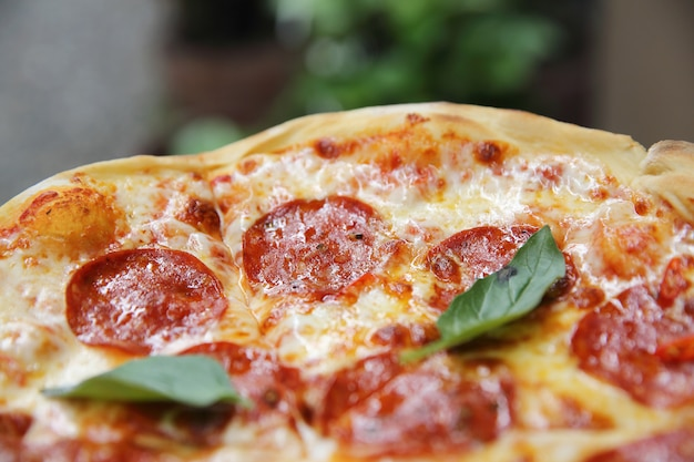 Pizza di peperoni su fondo di legno