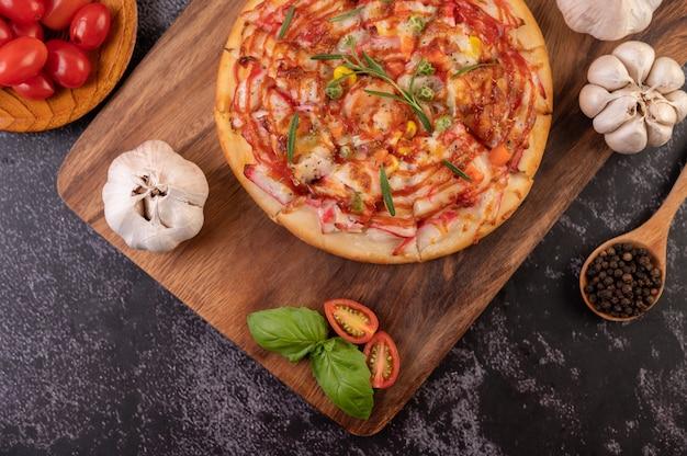 Pizza disposta su un piatto di legno.
