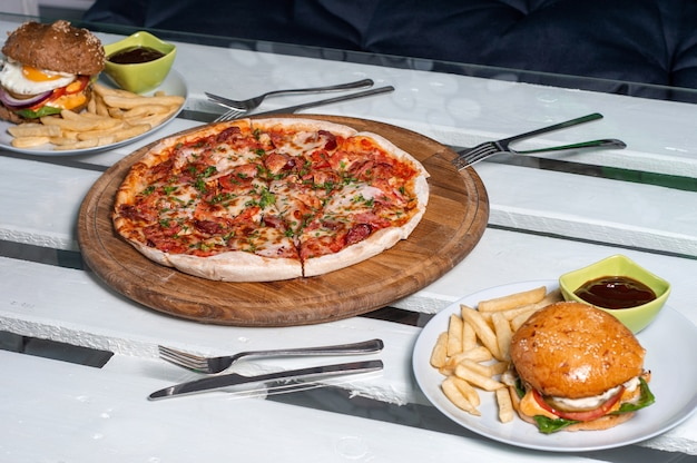 Pizza e hamburger con salsa