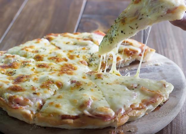 Pizza fatta in casa doppio formaggio