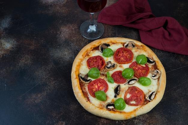 Pizza fatta in casa margarita con pomodori e mozzarella