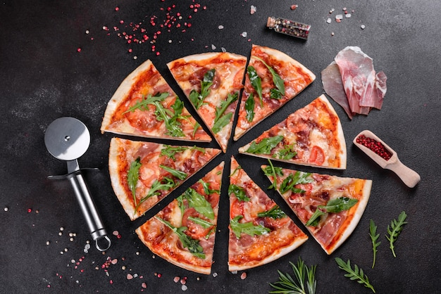 Pizza fresca cotta in forno con rucola