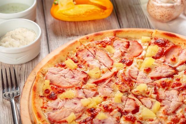 Pizza fresca deliziosa servita sulla tavola di legno