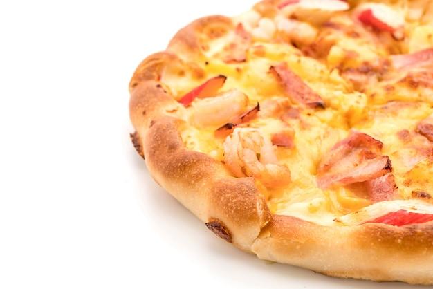 Pizza hawaiana dei frutti di mare isolata su fondo bianco