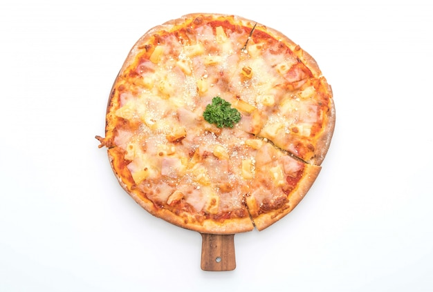 Pizza hawaiana su sfondo bianco